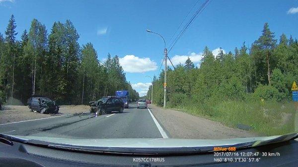 На Белоостровском шоссе Петербурга произошло лобовое столкновение Ford и Hyundai