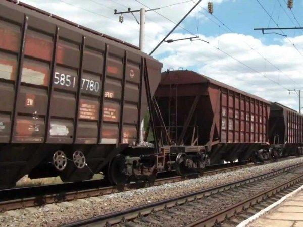Два вагона грузового поезда сошли с рельсов в Челябинской области