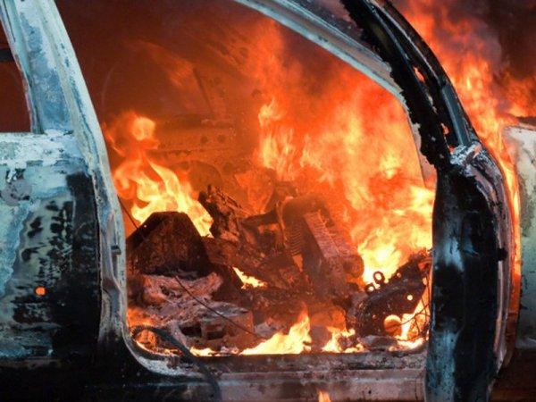 В Москве хулиган поджег дорогую иномарку Mercedes
