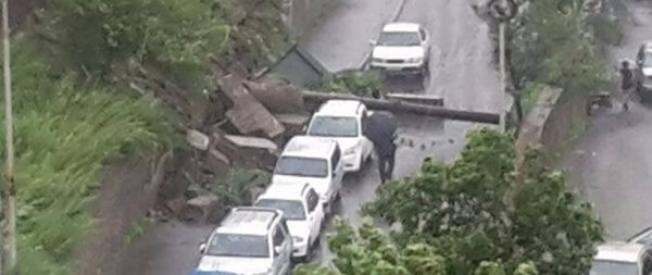 Во Владивостоке подпорная стена обрушилась на автомобили