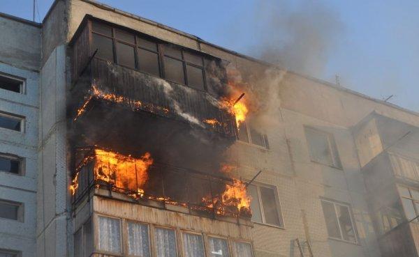 Сотрудники МЧС потушили пожар на севере Москвы и спасли семь человек