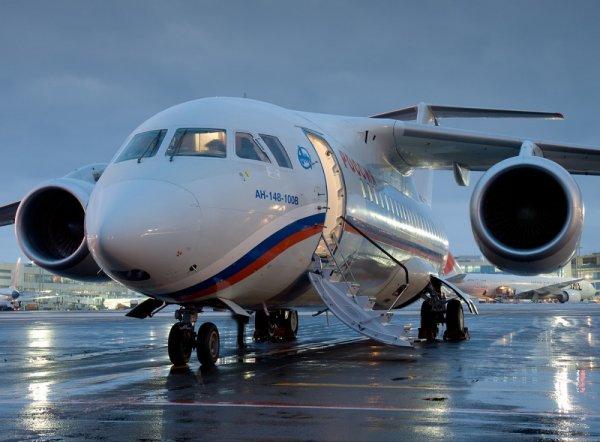 Самолет Ан-148 экстренно сел в Саратове после столкновения со стаей птиц