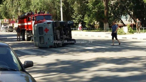 В Саратове в результате ДТП перевернулась машина скорой помощи