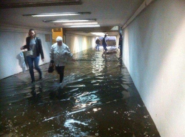 В Петербурге дождь затопил подземный переход