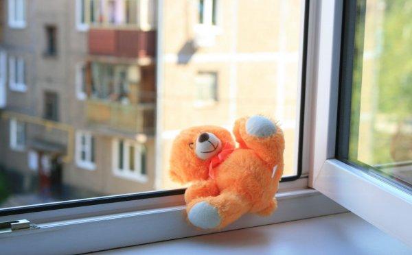 Двухлетний ребенок выпал из окна дома в центре Санкт-Петербурга