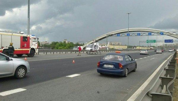 Вертолет госпитализировал сбитого в массовом ДТП на КАД мотоциклиста
