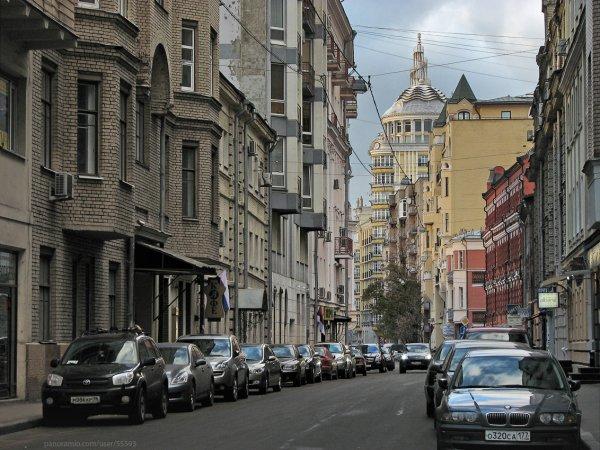 Голый мужчина прыгал по автомобилям на одной из улиц Москвы