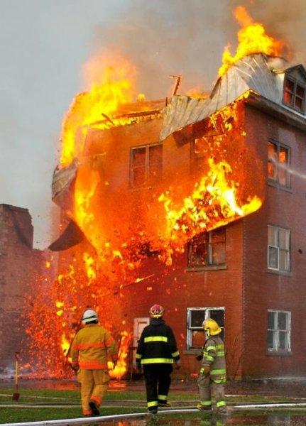22 человека спасено из пожара на кухне административного здания в Москве