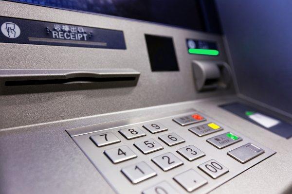 В Петербурге двое неизвестных похитили 4,5 миллиона рублей из банкомата
