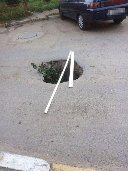 В Ульяновске огромную выбоину на дороге засыпали тумбочкой и кучей мусора