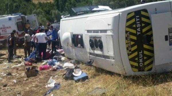 В Турции автобус с туристами перевернулся в кювет
