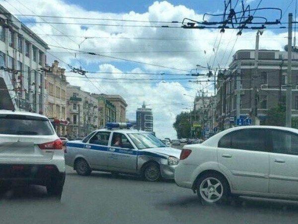 В центре Ростова в ДТП с участием служебной машины пострадал полицейский