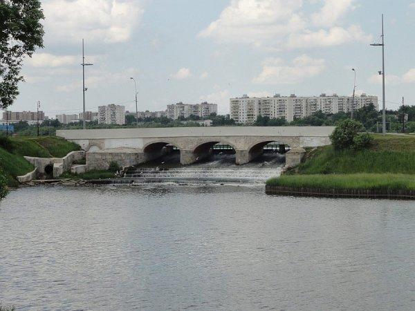 В Москве пьяный иностранец прыгнул с моста на спор