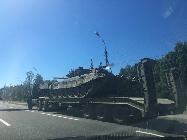 Петербуржские водители во время езды отвлеклись на танк
