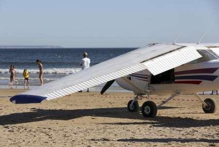 В Португалии на пляже Коста-де-Каприка под Лиссабоном 2 августа самолет задавил мужчину и ребенка. ВИДЕО