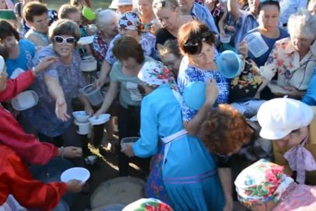В Ижевске во время праздника «Выль» 2 августа пенсионеры устроили давку из-за бесплатной каши. ФОТО, ВИДЕО