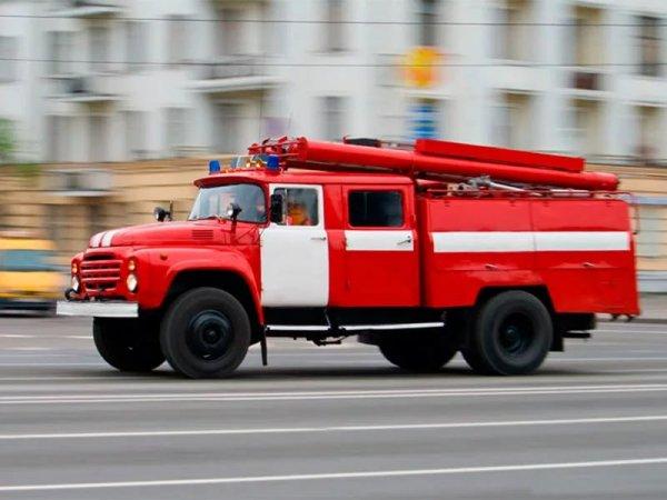 В Астрахани в торговом центре бушует пожар
