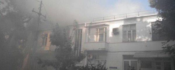 В центре Краснодара начался сильный пожар в жилом доме