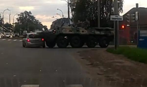 В Кемерово столкнулись легковушка и бронетранспортер
