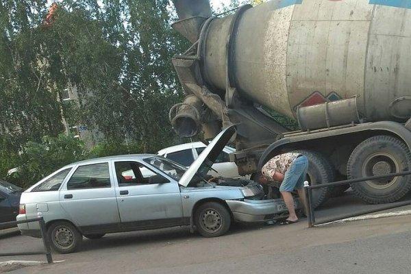 В Уфе легковушка ВАЗ влетела под бетоновоз