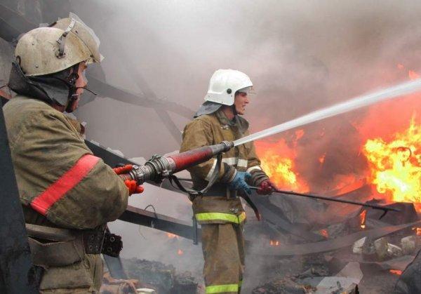 В центре Москвы горит металлический ангар