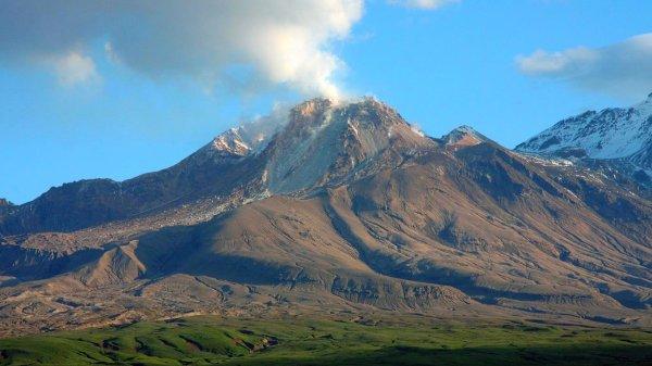 Камчатский вулкан Шивелуч «выплюнул» 12-километровый столб пепла