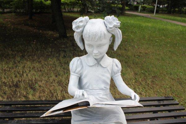 В парке Уфы вандалы разбили скульптуры девочки и мальчика