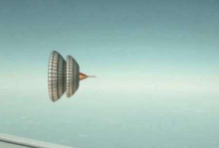 Пассажир самолета снял огромное НЛО в форме юлы. ВИДЕО