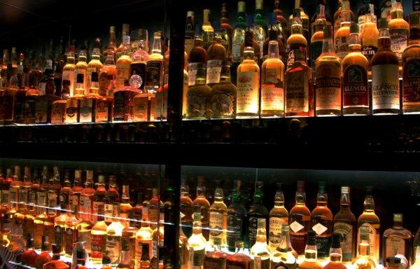 В Рязани официант продал бутылку водки, за что теперь заплатит 200 тысяч рублей