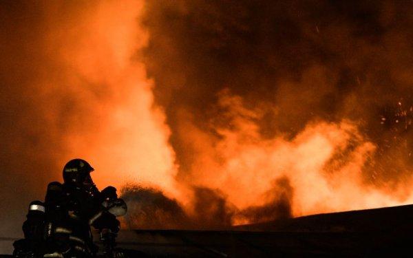 В результате пожара на швейной фабрике в Смоленске обрушилось здание