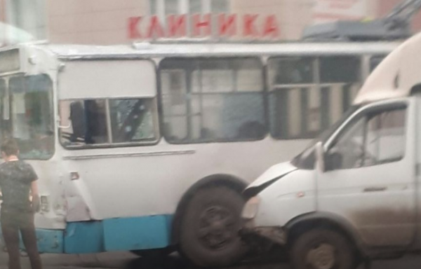 В Екатеринбурге ГАЗель врезалась в троллейбус