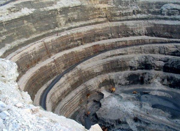 Работа спасателей на руднике «Мир» затрудняется из-за обломков породы