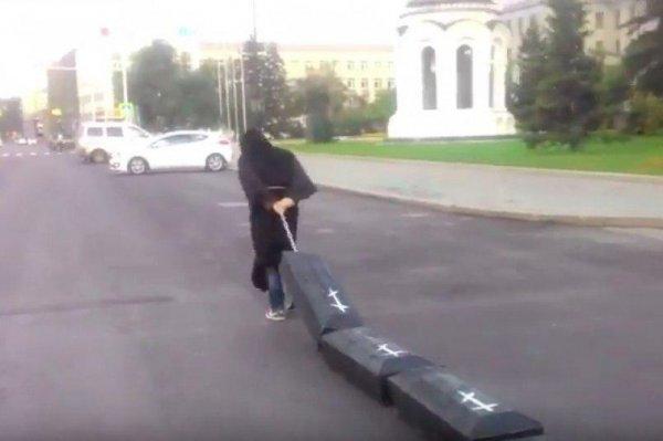 К зданию Иркутского правительства принесли гробы