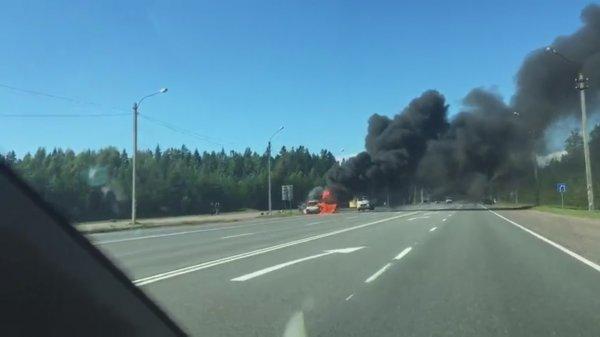 В Сети появилось видео, как в Петербурге взорвался микроавтобус