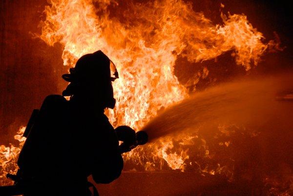 Металлургический завод в Челябинске продолжают тушить пожарные