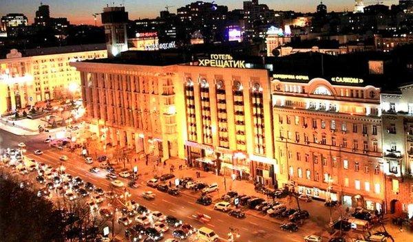 В центре Киева русскоговорящий канадец угрожает выпрыгнуть из окна гостиницы