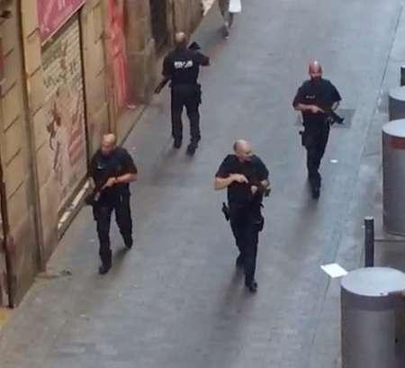 Теракт в Барселоне 17 августа: фургон въехал в толпу прохожих, есть жертвы. ФОТО, ВИДЕО