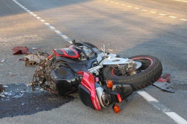 На железнодорожном переезде на юге Москвы погиб байкер