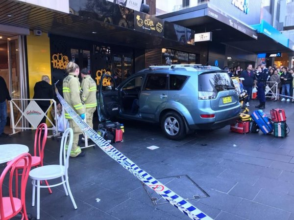 В Сиднее автомобиль наехал на толпу пешеходов