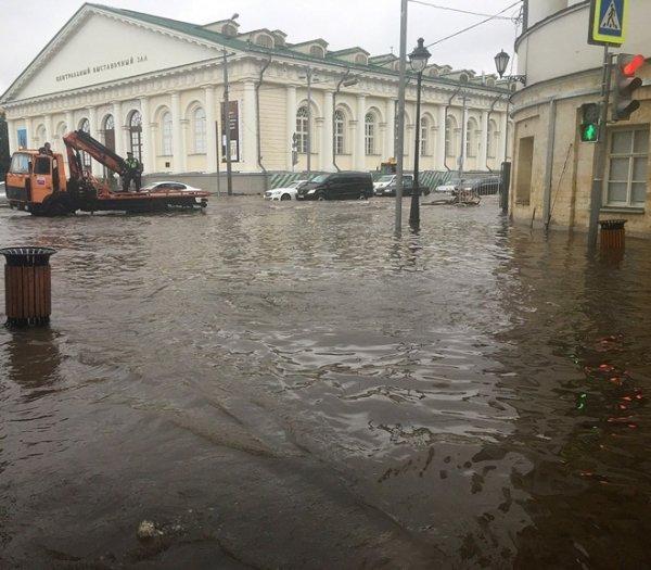 В Красноярске из-за проливного дождя произошло подтопление домов и эвакуация жителей