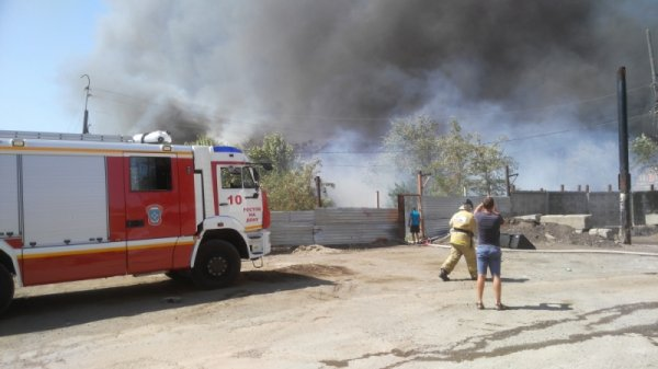 Пожар охватил несколько жилых домов в Ростове
