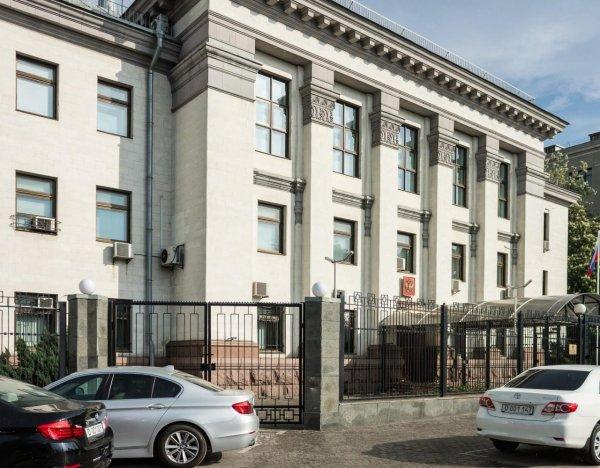 В автомобиль посольства РФ в Баку врезалась машина