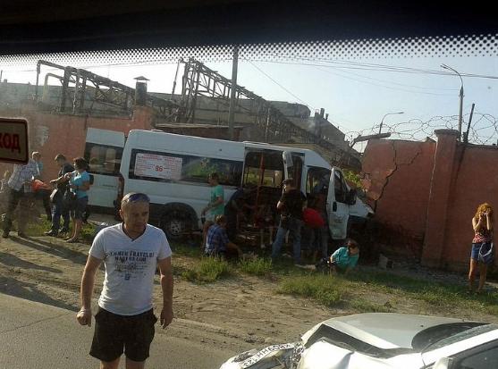 В Челябинске маршрутка врезалась в бетонный забор