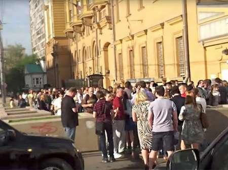 В Москве выстроилась очередь у посольства США в последний день выдачи виз