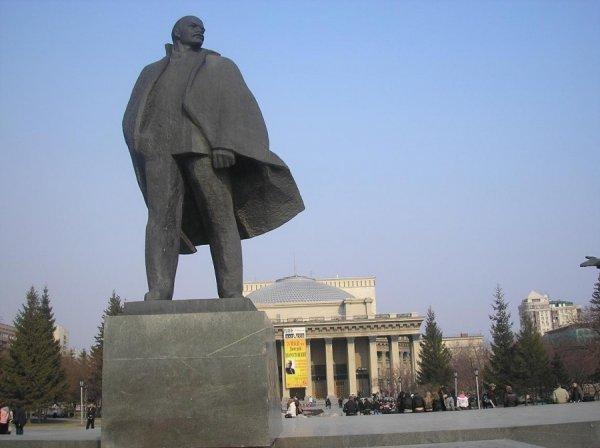 Жительница Новосибирска сковала себя цепью с памятником Ленину