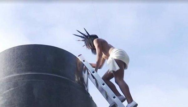 В Киеве активистка Femen бросалась конфетами Roshen с бывшего памятника Ленину