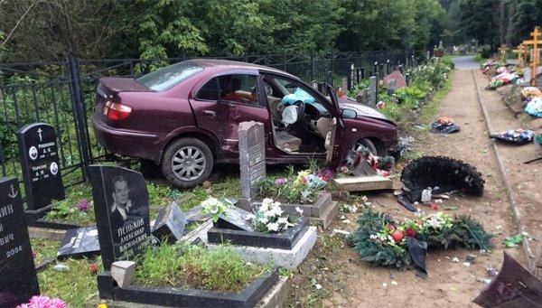 Иномарка без номеров снесла надгробия на кладбище в Петербурге
