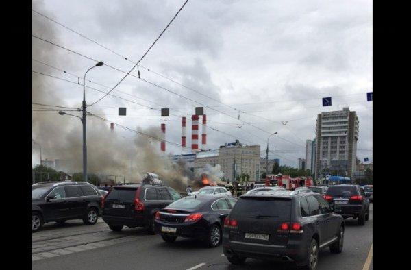 В Москве посреди дороги загорелся Chevrolet Tahoe с людьми внутри
