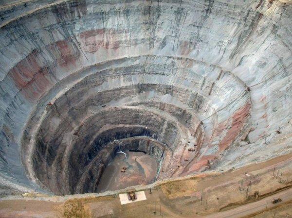 В Якутии люди несут цветы к администрации шахты