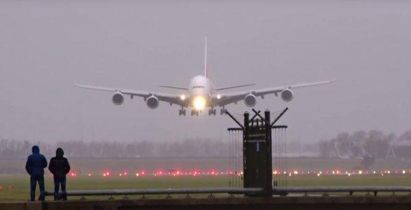 В Сочи посадку самолета во время смерча сняли на видео туристы